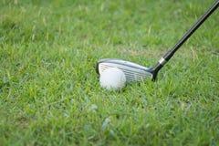 Conduzca el golf en la hierba Fotos de archivo libres de regalías