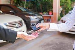 Conduzca la caja fuerte Primer de un propietario de coche del hombre que recibe llaves del coche de t fotos de archivo