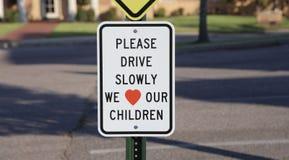 Conduzca lentamente la advertencia de la zona de travesía de escuela imágenes de archivo libres de regalías