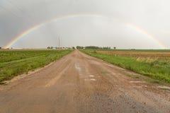 Conduzca a través de un arco iris del condado Fotos de archivo libres de regalías