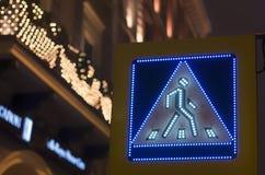 ` Conduzido do cruzamento pedestre do ` do sinal de estrada Foto de Stock