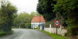 Conduzindo 50 em uma estrada Imagens de Stock Royalty Free