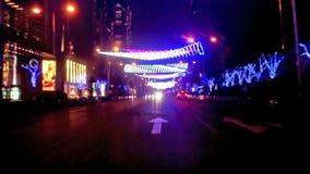 Conduzindo ao longo da avenida do leste famosa de Chang'an na noite do Pequim, China filme