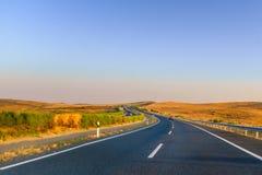 Conduzindo ao longo das estradas vazias em Andalucia, Espanha perto de Extremadura a Imagem de Stock Royalty Free