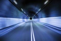 Conduzindo a calha o túnel na noite Fotos de Stock Royalty Free
