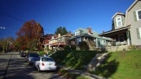 Conduzindo casas e casas típicas passadas do subúrbio de Pittsburgh filme