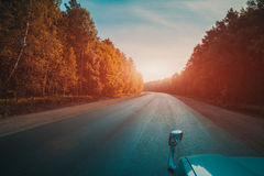 Conduzindo em um carro, em uma estrada Fotografia de Stock Royalty Free