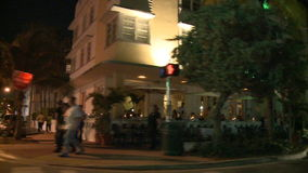 Conduzindo a movimentação do oceano de Miami em construções Art Deco da noite - 5 de 5 vídeos de arquivo
