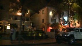 Conduzindo a movimentação do oceano de Miami em construções Art Deco da noite - 4 de 5 filme