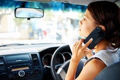 Conduzindo a mulher do telefone Foto de Stock
