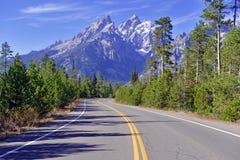 Conduzindo na escala de Teton, Rocky Mountains, Wyoming, EUA Fotografia de Stock