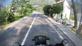 Conduzindo nas montanhas rurais da estrada de Montenegro, visitando aventuras, o pov disparou na câmera da ação, motocicleta de v filme