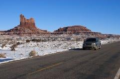 Conduzindo o americano de viagem do deserto do inverno a sudoeste Imagem de Stock
