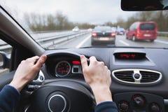 Conduzindo o carro na estrada