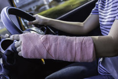 Conduzindo o carro na estrada vazia, conduzindo a mão da tala imagens de stock