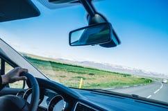 Conduzindo o carro no dia ensolarado Imagens de Stock