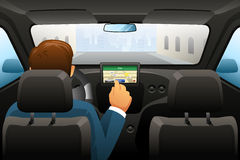 Conduzindo o homem que usa GPS para encontrar um lugar Imagem de Stock