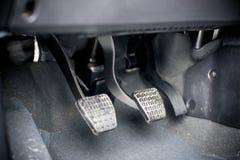 Conduzindo o pedal com uma transmissão manual fotografia de stock royalty free