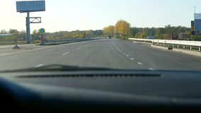Conduzindo o telefone do carro da estrada vídeos de arquivo