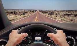 Conduzindo o volante das mãos Imagem de Stock