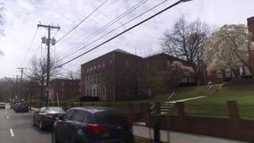 Conduzindo prédios de apartamentos passados da cidade na área do Washington DC filme