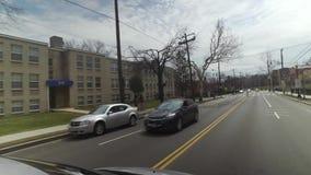 Conduzindo prédios de apartamentos passados da cidade na área do Washington DC video estoque