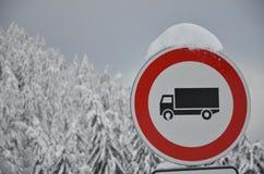 Conduzindo a proibição para caminhões. Fotografia de Stock