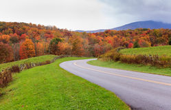 Conduzindo Ridge Parkway North Carolina Autumn azul fotografia de stock royalty free