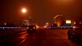 Conduzindo a rua na noite do Pequim, China filme