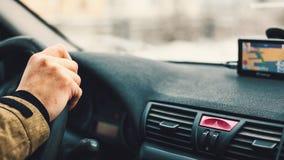 Conduzindo um carro e uma navegação Fotos de Stock
