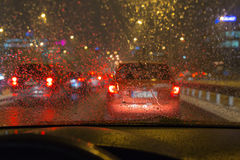 Conduzindo um carro em um mau tempo, no engarrafamento Fotos de Stock