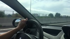 Conduzindo um carro em uma estrada vídeos de arquivo