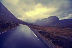 Conduzindo um carro na estrada da montanha Imagem de Stock