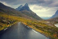 Conduzindo um carro na estrada entre montanhas Imagem de Stock Royalty Free