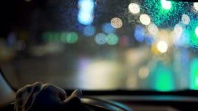 Conduzindo um carro na noite vídeos de arquivo