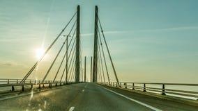 Conduzindo um carro sobre a ponte do oresund imagens de stock royalty free