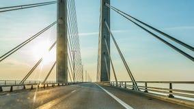 Conduzindo um carro sobre a ponte do oresund imagem de stock