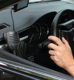 Conduzindo uma opinião de Car Interiortransportation da direcção wheel Imagens de Stock