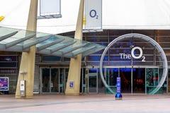 Conduzione quadrata della penisola all'entrata dell'arena O2 a Londra immagini stock libere da diritti