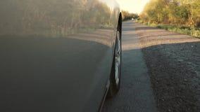 Conduzir um carro é uma estrada secundária Roda que gira o POV video estoque