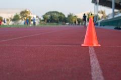 Cone alaranjado na corrida na prática usada pista Fotos de Stock Royalty Free