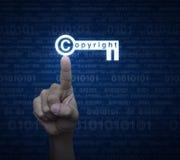 Ícone chave dos direitos reservados da pressão de mão sobre o azul do código binário do computador Imagem de Stock