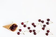 Cone com as bagas frescas da cereja, vista superior do waffle, isolada no whi Imagem de Stock Royalty Free