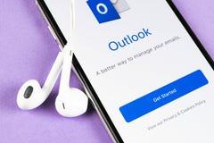 ?cone da aplica??o do escrit?rio de Microsoft Outlook no close-up da tela do iPhone X de Apple ?cone de Microsoft Outlook app App fotografia de stock royalty free