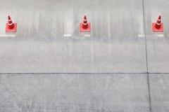 Cone de advertência do tráfego na fileira para separar a rota na área de estacionamento fotos de stock