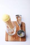 Cone de gelado amarelo de fruto de paixão com a colher especial da colher fotografia de stock