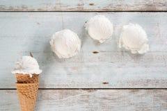 Cone de gelado de baunilha foto de stock royalty free