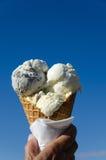 Cone de gelado no céu azul Foto de Stock