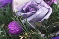 Cone do pinho, globos vermelhos e ornamento do Natal Fotos de Stock Royalty Free