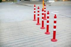 Cone do tráfego, com as listras brancas e vermelhas na estrada concreta cinzenta imagens de stock